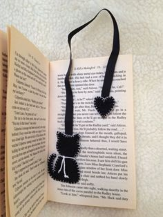 Making bookmarks - 33 creative ideas on how to make bookmarks yourself - Lesezeichen, . Creative Bookmarks, Diy Bookmarks, How To Make Bookmarks, Crochet Bookmarks, Ribbon Bookmarks, Felt Crafts Diy, Fabric Crafts, Sewing Crafts, Paper Crafts