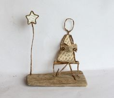 poesie de papier se met a table Arts And Crafts Projects, Book Crafts, Diy And Crafts, Sculptures Sur Fil, Wire Sculptures, Copper Wire Crafts, Paper People, Book Sculpture, Hand Embroidery Designs