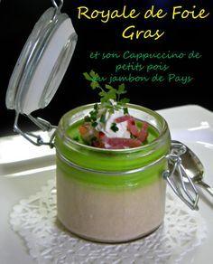 Une entrée raffinée ! Pour 15 personnes Royale de foie gras : 150 gr de foie gras cru 150 gr de crème fraîche liquide 2 jaunes d'oeufs Sel et Poivre du moulin Pour le cappuccino de petits pois 300 gr de petits pois 1 oignon blanc 1 gousse d'ail 50 gr...