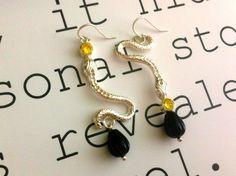 silver snake earhooks with yellow zirconia en onyx teardrops