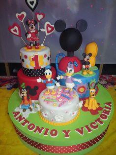 Composición de tartas para bautizo Mickey y sus amigos.