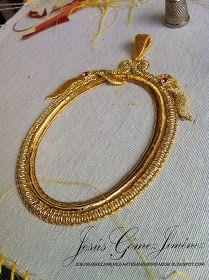 Bildergebnis für bordado en oro paso a paso Tambour Embroidery, Silk Ribbon Embroidery, Beaded Embroidery, Embroidery Stitches, Embroidery Patterns, Crazy Quilting, Passementerie, Gold Work, Beaded Brooch