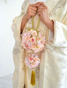 ロマンティックなピンクのバラをメインに、和風の金紐を組み合わせればモダンな雰囲気のブーケになります。