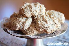 """""""Stygge, men gode"""" er navnet på disse berømte, italienskesmåkakene. Stygge? Tja, kanskje – men jammen er de gode også! Dessuten er de enkle å lage, siden de rett og slett bare består av marengs som blandes med ristede nøtter. Kakene blir myke inni, og hvis du liker norsk kransekake, vil du nok også falle pladask for disse søte nøttekakene."""