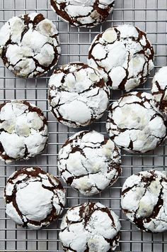 Guinness Crinkle Cookies – Special Food Recipes For St Patrick's Day Chocolate Crinkle Cookies, Chocolate Crinkles, Cookie Recipes, Dessert Recipes, Desserts, Baked Donuts, Irish Recipes, Vegetarian Chocolate, Yummy Cookies