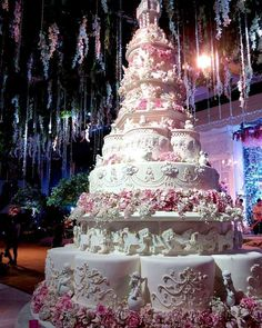 The Chic Technique: Amazing Wedding Cake in Shades of Pink and White. Huge Wedding Cakes, Extravagant Wedding Cakes, Amazing Wedding Cakes, Wedding Cake Designs, Amazing Cakes, Unique Cakes, Elegant Cakes, Gorgeous Cakes, Pretty Cakes