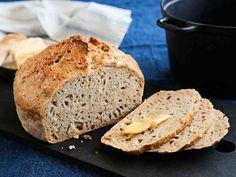 Pieni hiivamäärä ja pitkä kohotus antavat pataleivälle hienon aromin. Kaurahiutaleet ja -leseet tuovat makua, kuitua ja rakennetta. Mikä helpointa: pataleivän taikinaa ei vaivata lainkaan. Bread Board, Bread Baking, Deli, Bread Recipes, Banana Bread, Bakery, Food And Drink, Rolls, Desserts
