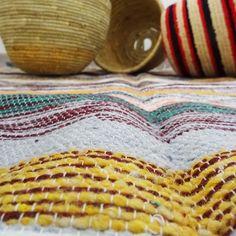 Cette pièce unique en laine est fabriquée à la main par des artisans avec une technique de tissage traditionnelle marocaine.  En tapis, en couverture, en dessus de lit ou en plaid, la pièce de votre choix adoptera un style ethnique chic et beldi.