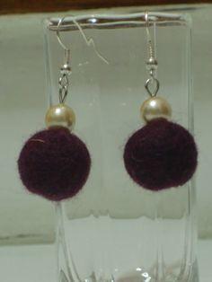 Orecchini con pallina di lana cotta prugna e perla