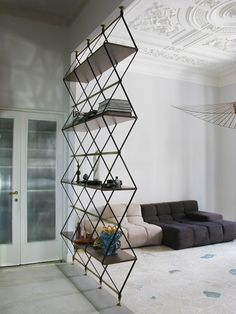 Prateleira Romboidale / Pietro Russo Living Room Partition, Bookshelves, Bookcase, Furniture Design, Cool Furniture, Furniture Chairs, Basement Shelving, Metal Shelving, Loft