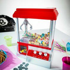 Für Schleckermäuler und alle, die sich den Jahrmarkt gerne nach Hause holen möchten: Der Candy Grabber Automat für Süßigkeiten