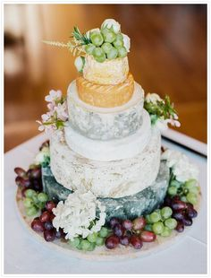 Wedding cheese with grape | Green grape and white flowers | Uva verde e fiori bianchi | http://theproposalwedding.blogspot.it/