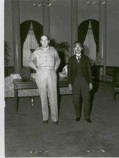 Encuentro entre el Emperador Hirohito y el general Douglas Macarthur. El Emperador japonés, hasta entonces considerado una deidad en Japón, visita al general Macarthur en la sede de la delegación de los Estados Unidos: comienza el nuevo Japón de posguerra.