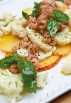 Herzhaft und fruchtig-süß in einem Salat: Blumenkohlsalat mit Pfirsichen, Basilikum und Nordseekrabben