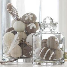 Pedres decorades en pots de vidre.