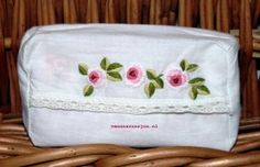 Vintage tissue zakje: roze roosjes handgeborduurd op witte katoen met een kantje. / Vintage tissue pouch, pink roses hand stitched on to white cotton, trimmed with lace.
