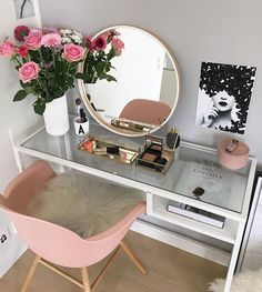► 17 DIY Vanity Mirror Ideas to Make Your Room More Beautiful – insp;interior design – Make-up - DIY Badezimmer Dekor Diy Vanity Mirror, Vanity Room, Vanity Ideas, Mirror Ideas, Desk With Mirror, Pink Mirror, Teen Vanity, Bedroom Vanities, Corner Vanity