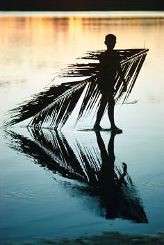 Bora Bora I, 1967 , picture from the series Unverschämtes Glück by Robert Lebeck, LUMAS Artist ✓ Asian Photography, Water Photography, People Photography, Pictures Online, Art Pictures, Photos, Salvador Dali, Bora Bora, Gropius Bau