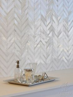 65 Kitchen Tile Backsplash Ideas An Eye-catching And Suitable For Your Kitchen Kitchen Splashback Tiles, Kitchen Fixtures, Kitchen Flooring, Backsplash Tile, Backsplash Ideas, Kitchen Walls, Kitchen Island Decor, Kitchen Island With Seating, Marble Herringbone Tile