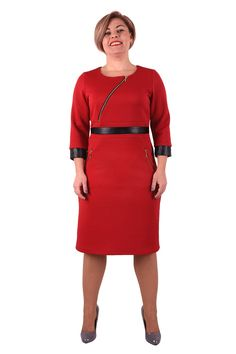 Tieto šaty súvyrobené z vysoko kvalitného teplého úpletu so štruktúrou prešívania a vďaka nej sa dokonale prispôsobia postave. Model vhodný do jesenného a zimného chladneho počasia. Ak si šatová, tento kúsok ťa zahraje, pomôže čo to zakryť a ešte budeš v ležérnej pohodičke.  Zadná šiat časť je hladká, predná strana má šikmo všitý zlatý dekoratívny zips, bočné vrecká sa tiež zapínajú s ozdobnými zlatými zipsami. Vpredu sú šaty rozdelené koženkovým pásom, ktorý opticky tvaruje a…