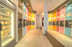 Projet Sprinkles, Frozen yoghurt store, color store, color stripes, light wood floor, boutique de yaourt glacé, rayures peintes colorées, plancher de bois pale.