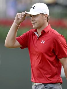 ELX30. Atlanta (United States), 22/09/2013.- Jordan Spieth (R) of the US tips his hat to the patrons on the eighteenth green, during the final round of...