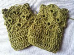 green shell wrist warmers Wrist Warmers, Fingerless Gloves, Shell, Crochet, Green, Fashion, Fingerless Mitts, Moda, Wristlets