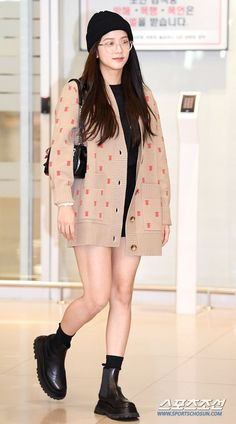 Jisoo Airport Photos at Incheon Back from London After Attending Burberry Fashion Show Blackpink Outfits, Kpop Fashion Outfits, Korean Outfits, Airport Outfits, Blackpink Fashion, Asian Fashion, Fashion Looks, Petite Fashion, Curvy Fashion