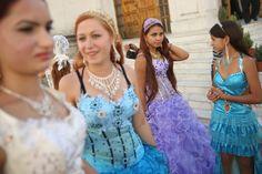 Rumänien, ebenfalls im September 2013: Die Cousinen Bianca Radu, Scumpa Carpaciu, Rosalinda Radu und Larisa Mihai stehen vor der Kirche von ...