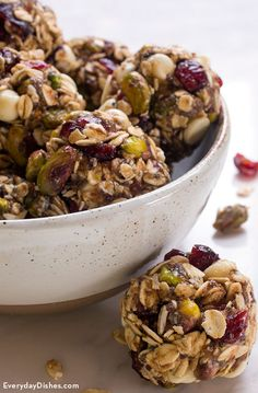 No-bake energy bites recipe Ditch the chips—these quick and easy no-bake energy bites with granola and pistachios are packed with flavor and nutrition! Peanut Butter Energy Bites, No Bake Energy Bites, Oatmeal Energy Bites, Energy Bars, Healthy Snacks, Healthy Eating, Healthy Recipes, Recipes With Dates Healthy, Snacks Kids