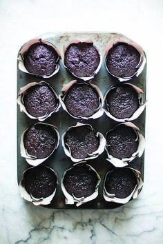 These devil's food cupcakes are smooth and rich, not overly sweet, making them a great match for cream cheese frosting sweetened with Lyle's Golden Syrup. Dark Chocolate Cakes, Chocolate Desserts, Hot Chocolate, Cupcakes, Cupcake Cakes, Fruit Cakes, Philly Cream Cheese, Passion Fruit Cake, Cupcake Cream