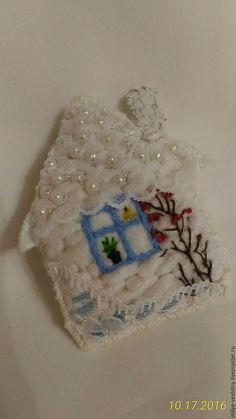 """Купить Брошь-домик текстильная """"Снежность"""" - белый, белая зимняя брошка, пушистая нарядная брошка"""