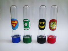 Tubete para lembrancinha da festa Heróis Liga da Justiça. Com as tampas coloridas combinando com o tema. (Sujeito a alterações conforme disponibilidade de cores na hora da compra) Preço unitário R$ 1,10