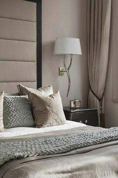 linge de lit taupe, lampe blanche de chevet, lit pour la chambre de coucher, rideaux longs taupes