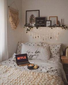 tumblr room aesthetic inspiration boho chic innenausstattung minimalistische einrichtung moderne zimmer deko kleine lichterketten pflanzen deko