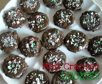 SixSisters Easy Chocolate Thin Mint Ritz Crackers Cookies are so easy to make and take only 15 minutes! Perfect for a neighbor gift!
