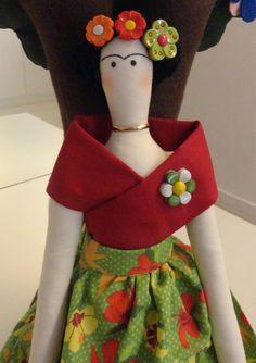 Boneca Tilda Frida Kahlo Mais Felt Dolls, Plush Dolls, Starfish Template, Fiber Art Jewelry, Tilda Toy, Felt Fairy, Doll Eyes, Sewing Dolls, Fairy Dolls
