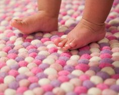 天然素材なので赤ちゃんの足にも安心。スーキーのフェルトボールラグはウール100%で、染料もアレルゲンフリー、ケミカルフリーの天然染料のみを使っています。大事なお子様の素足に触れるところだからこそ、天然の肌触りを大事にしたいという方に、ぜひ。この配色は私たちもお気に入りの「ニーナ」。円形と長方形があります。サイズは自由にオーダー可能(追加料金なし!)¥18,303から。 http://www.sukhi.jp/blog/revisiting-wool/ #インテリア #エシカルインテリア #エシカル #インテリアデザイン #インテリアコーディネイト #フェアトレード  #ラグ #カーペット