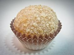 A gente sabe que farinha láctea combina com tudo, né? Inclusive com brigadeiro! Candy Recipes, Sweet Recipes, Dessert Recipes, Just Desserts, Delicious Desserts, Yummy Food, Chocolates, Bike Food, Easy Sweets