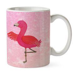 Tasse Flamingo Yoga aus Keramik  Weiß - Das Original von Mr. & Mrs. Panda.  Eine wunderschöne spülmaschinenfeste Keramiktasse (bis zu 2000 Waschgänge!!!) aus dem Hause Mr. & Mrs. Panda, liebevoll verziert mit handentworfenen Sprüchen, Motiven und Zeichnungen. Unsere Tassen sind immer ein besonders liebevolles und einzigartiges Geschenk. Jede Tasse wird von Mrs. Panda entworfen und in liebevoller Arbeit in unserer Manufaktur in Norddeutschland gefertigt.     Über unser Motiv Flamingo Yoga…