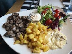 VE-GA BAR en #madrid, dados de solomillo con patatas ensalada y tuétano en #vegabar #vegacatering