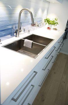 #urbanhus#veggdekor#kjøkken#dobbel#vask#hvit#benkeplate#wall#kitchen#decor#dobbel#sink Natural Kitchen, Kitchen Inspiration, Sink, Kitchens, Ideas, Home Decor, Home, Modern, Homemade Home Decor