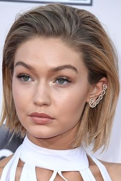 LOVE, LOVE, LOVE this! Has Gigi Hadid Really Cut Her Hair Into A Bob With A Hair Trick For American Music Awards (Vogue.co.uk) Short Hairstyle Blonde Hair color