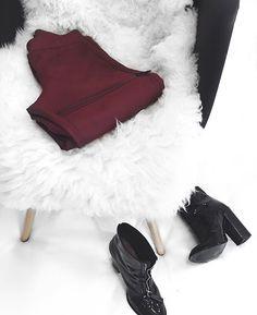 ziper, ziper pants, calça de ziper, vinho, black boots, botas pretas, fur, pelos, chair, cadeira , xollection, fashion , moda, coleção, Carol Farina, shopcarolfarina.com.br