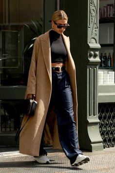 Style Fashion Tips Hailey Bieber Style: Hailey has mastered the art of giving sleek separates a downtime spin.Style Fashion Tips Hailey Bieber Style: Hailey has mastered the art of giving sleek separates a downtime spin Winter Mode Outfits, Winter Fashion Outfits, Look Fashion, Winter Outfits, Autumn Fashion, Casual Outfits, Classy Fashion, Party Fashion, Winter Fashion Women