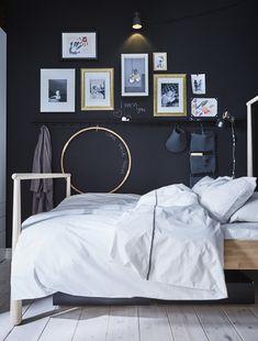 Mit einer selbst gestalteten Bildergalerie hast du das Wichtigste in deinem Leben gleich beim Aufwachen immer vor Augen (im Bild: GJÖRA Bettgestell).