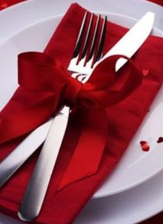 A sweet way to display cutlery on a place setting, and add that extra bit of color to your wedding reception tables. Great for Valentines or Christmas theme White Christmas, Christmas Time, Christmas Crafts, Xmas, Elegant Christmas, Christmas 2017, Christmas Carol, Beautiful Christmas, Christmas Christmas
