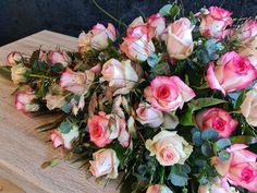 Jumilia en Lovely Dolomiti in rouwstuk Floral Wreath, Roses, Wreaths, Home Decor, Floral Crown, Decoration Home, Pink, Door Wreaths, Room Decor