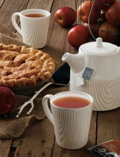 my-very-own-life-in-the-woods:  Autumn treats: a cup of steaming hot tea & apple pie… enjoy your Sunday afternoon! (via pinterest)