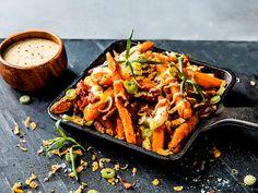 Saftige spareribs | Oppskrift | Meny.no Side Dish Recipes, Side Dishes, Dirty Fries, Spareribs, Aioli, Pulled Pork, Potato Recipes, Cheddar, Lasagna